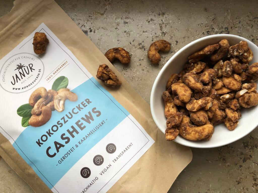 Janur - Kokoszucker Cashews in einer Schale