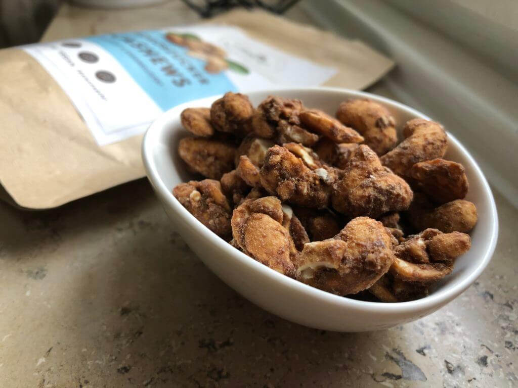 Janur - Kokoszucker Cashews bereit zum Probieren
